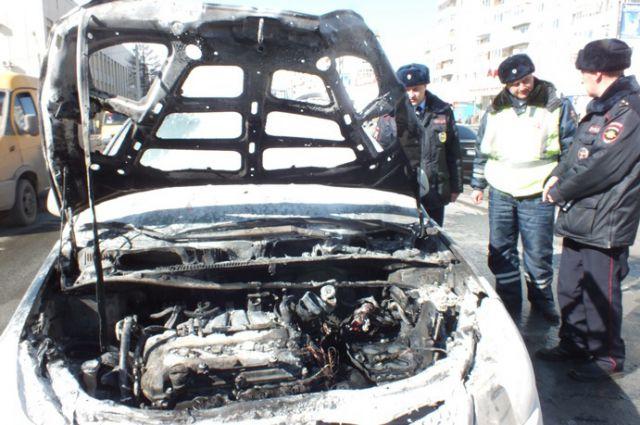 Сотрудники ДПС помогли потушить горевший автомобиль.