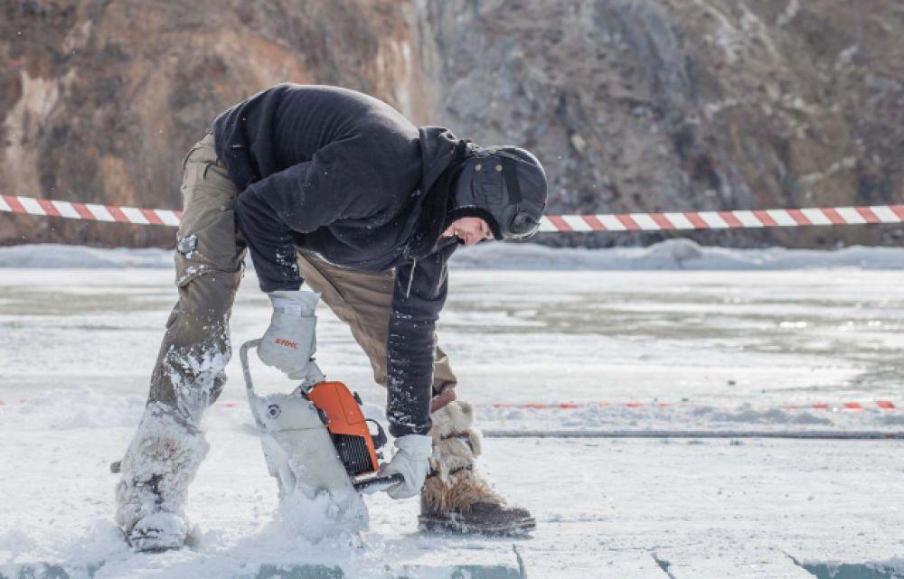 Лед пилили так же на берегу, но в безопасном для пешеходов месте.