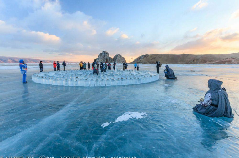 В «День ледяного молчания» художники у лабиринта по традиции молчали и проводили собственные ритуалы.