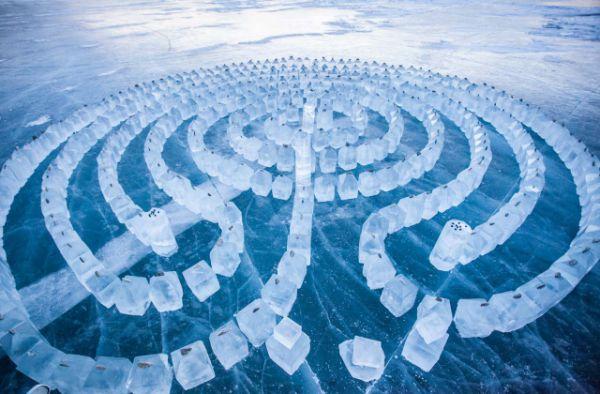 Чтобы построить лабиринт, мастерам пришлось вынуть 300 блоков прозрачного байкальского льда высотой 40 сантиметров.