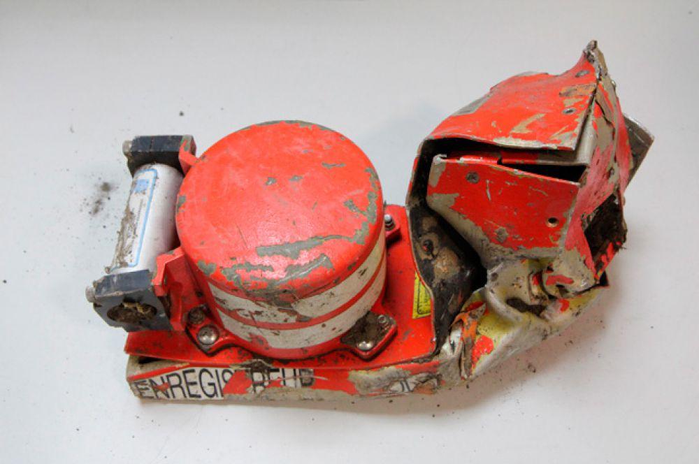 Спасатели нашли на месте крушения два «чёрных ящика» самолёта, записывавших речевые переговоры экипажа.