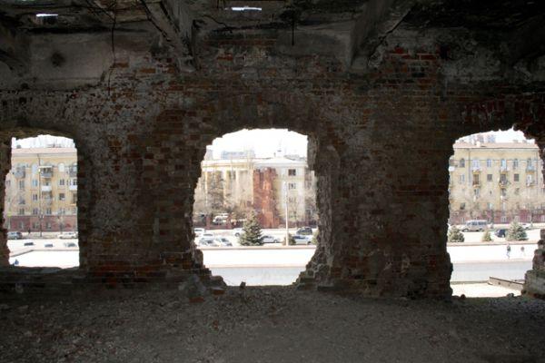 Дом Павлова после войны был восстановлен, в память о событиях Сталинградской битвы осталась мемориальная стена-памятник.