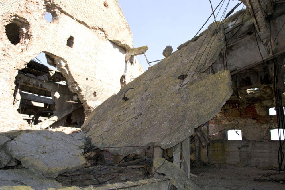 Самые большие разрушения – на 5 этаже, здесь было прямое попадание снаряда.