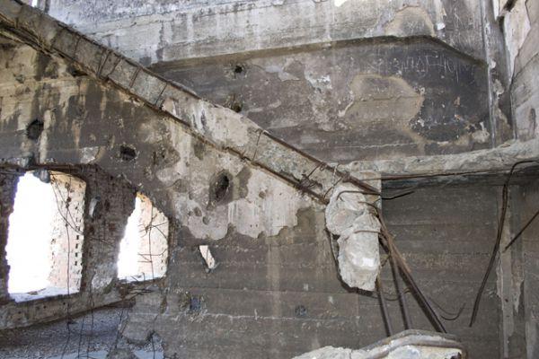 Центральная лестница полностью разрушена, поэтому подняться на верхние этажи можно лишь в одной части здания.
