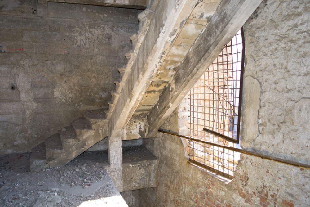 Подняться на верхние этажи можно только по этой лестнице.