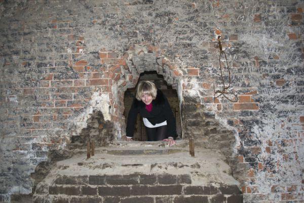 Чтобы добраться до единственной уцелевшей лестницы, необходимо пролезть через небольшое отверстие в толстой стене.