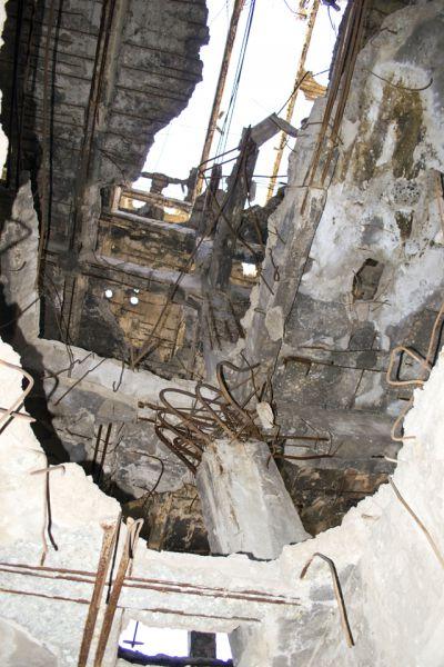 Некоторые отверстия в полу проходят через все этажи.