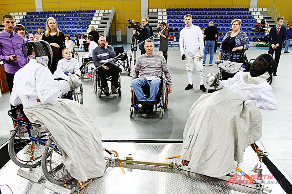 Спортсмены могут отклоняться на спинке кресла так, как им удобно, чтобы нанести сопернику очередной удар.