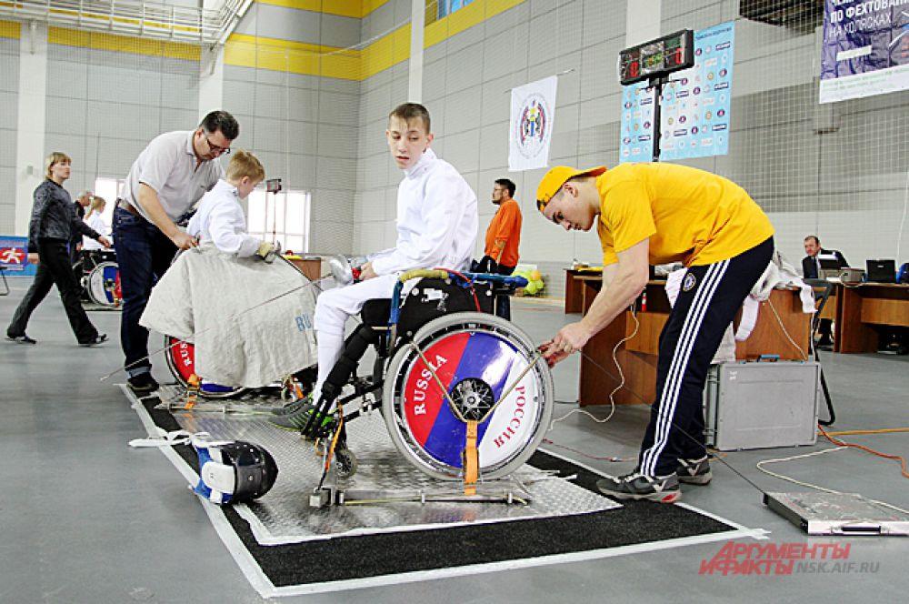 Это был не просто чемпионат России, а первенство страны по фехтованию на колясках. В нём участвовали спортсмены с заболеваниями опорно-двигательного аппарата.
