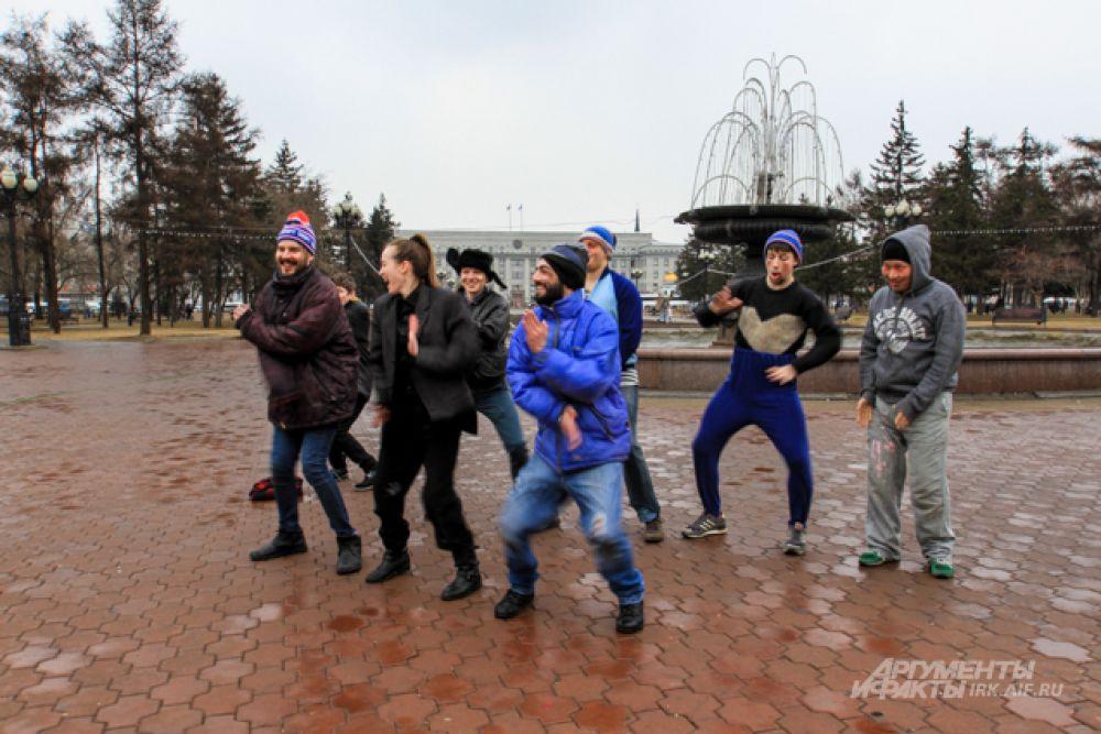Танец странно одетых людей насторожил прохожих.