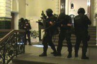 Группа захвата готова обезвредить условных террористов.