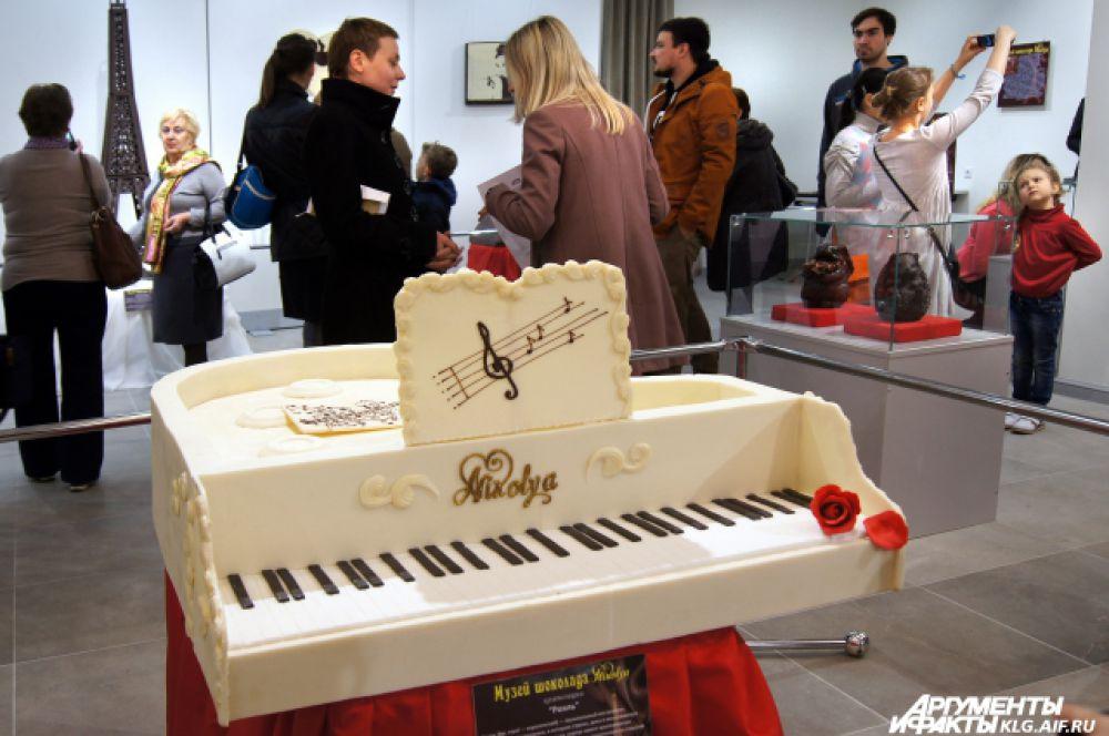 На создание рояля ушло более 40 кг белого шоколада.