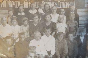 Незадолго до начала войны. Маленький Вася - третий слева в нижнем ряду.