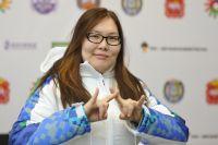 Екатерина Лосецкая показывает название Ханты-Мансийска на языке жестов.