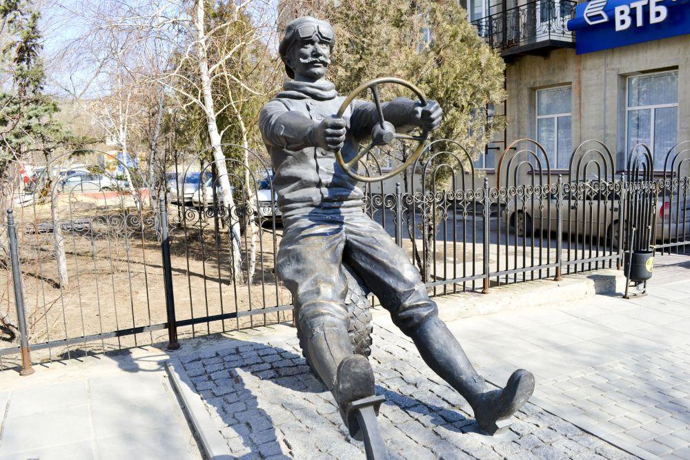 Памятник автомобилисту на улице Комсомольской