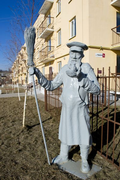 Скульптура «Дворник» в жилом комплексе «Родниковая долина»