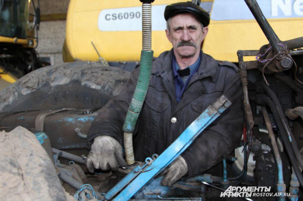 Механизатор предприятия в среднем за сезон зарабатывает 21 тысячу рублей в месяц.