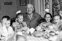 Корней Чуковский среди детей. 1961 год.