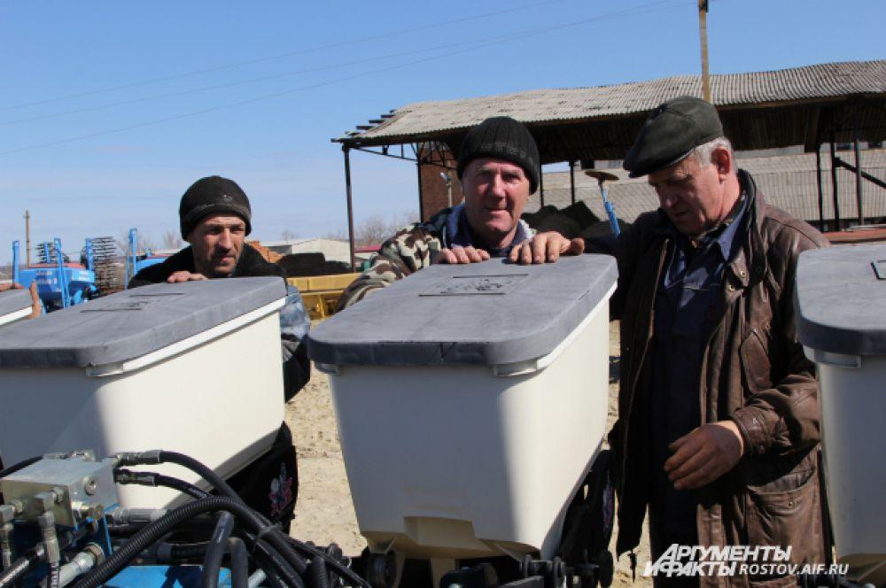 Сеялки оснащают датчиками, чтобы тракторист вовремя смог их прочистить.