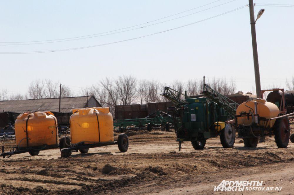 Техника для орошения почвы и внесения удобрения ждёт начала работ.