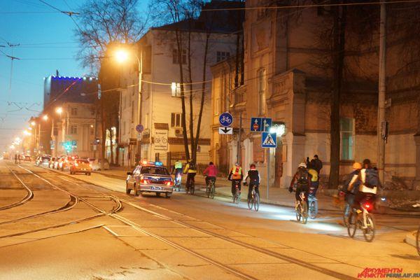Велосипедистов сопровождали полицейские.