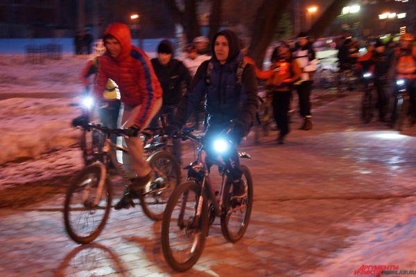 Велопробег начался в 20:30 около памятника Татищеву на Разгуляе.