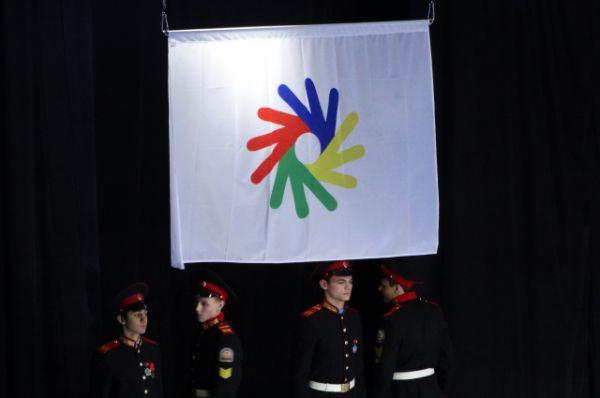 Поднимается флаг Сурдлимпийского движения.