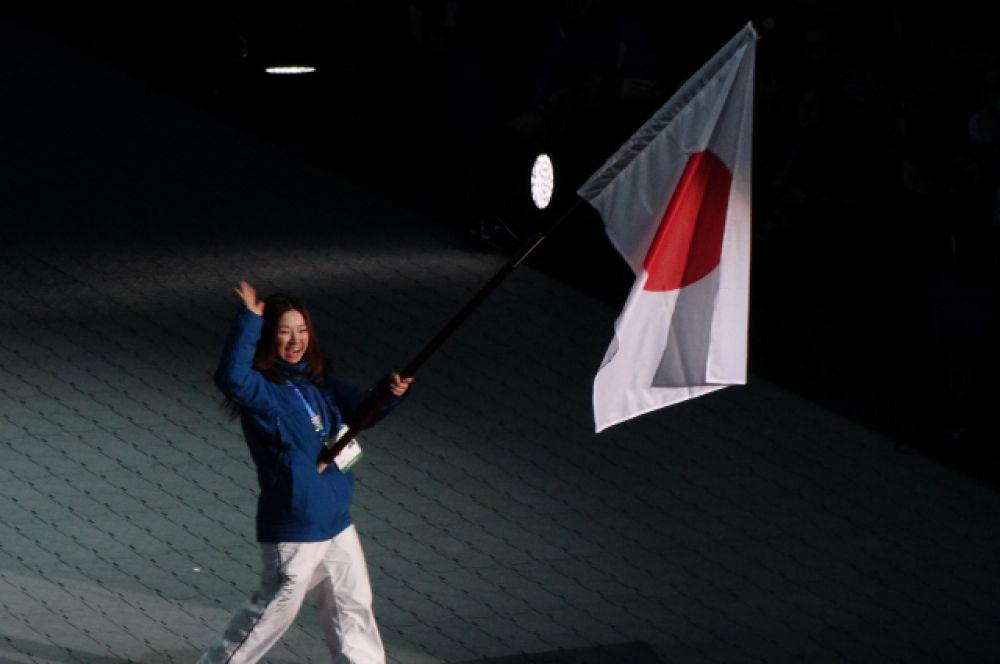 Знаменосец сборной Японии.