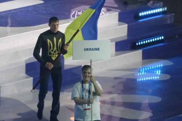 Знаменосец сборной Украины.