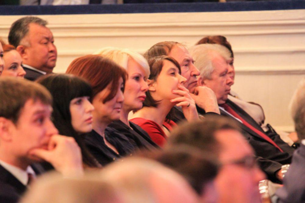 В зале собралось около 400 человек, среди них были губернатор Иркутской области Сергей Ерощенко, представители областного правительства, депутаты Заксобрания региона, работники администрации города, депутаты Думы, представители местной общественности.