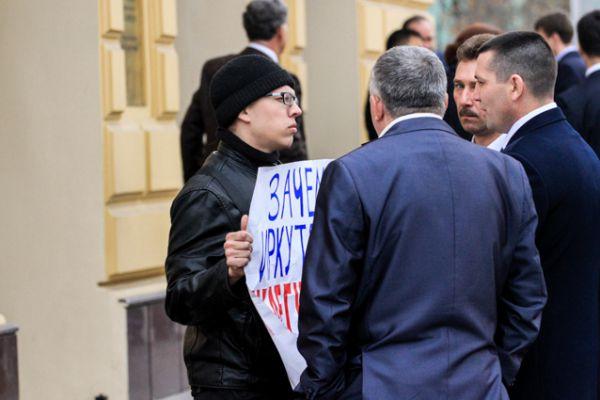 А тем временем у входа в драмтеатр представитель КБРФ проводил одиночный пект против отмены прямых выюоров мэра.