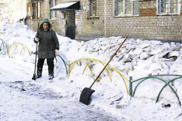 Во дворе по ул. Ушинского, 10, за всю зиму трактор ни разу не убирал снег.