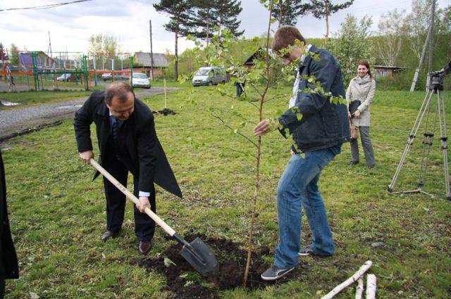 В Москве депутат Фокин принимает экологические законы, а приезжая в Кузбасс, сажает деревья.