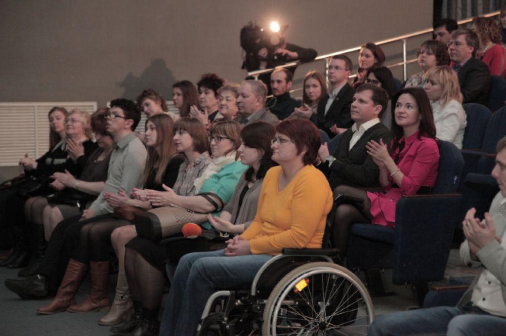 """Зрители премьеры долго аплодировали """"Театру Равных"""" стоя - в благодарность за спектакль и в уважение храбрости его актеров."""