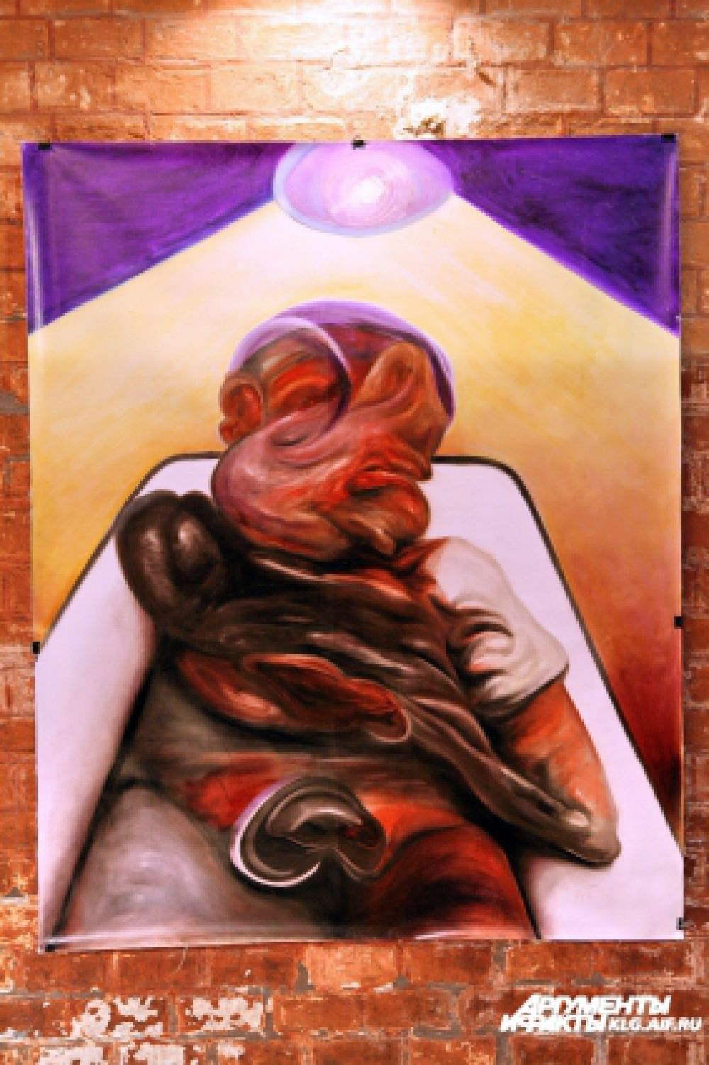 Работа «Спящий человек» выполнена на обрывке афиши.