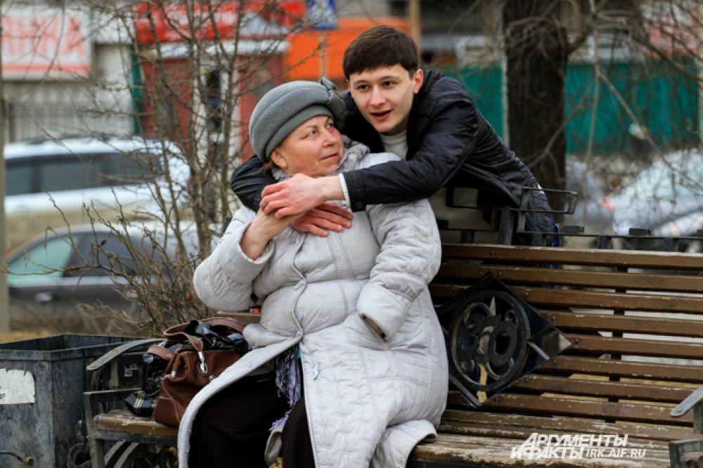 Особенно крепко старались обнять опжилых людей.