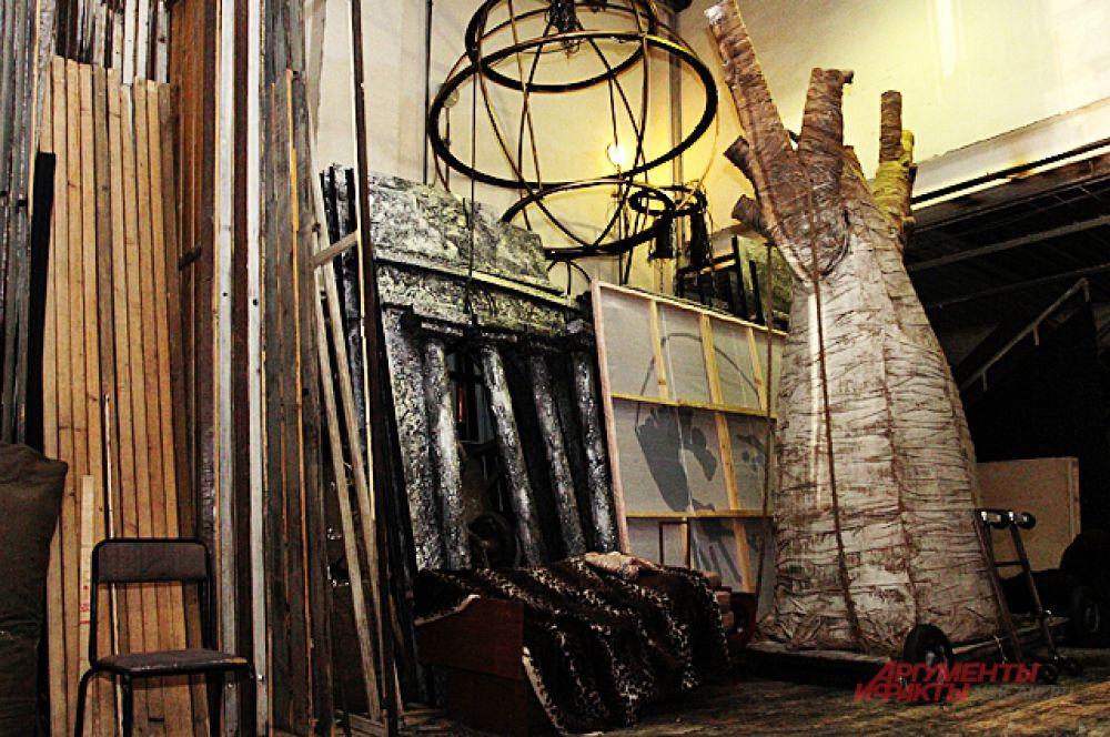 ... и воочию увидели декорации основных спектаклей «Красного факела».