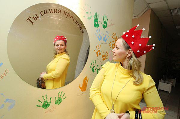 А зрители, проходя вдоль стены, могли примерить настоящие театральные костюмы...