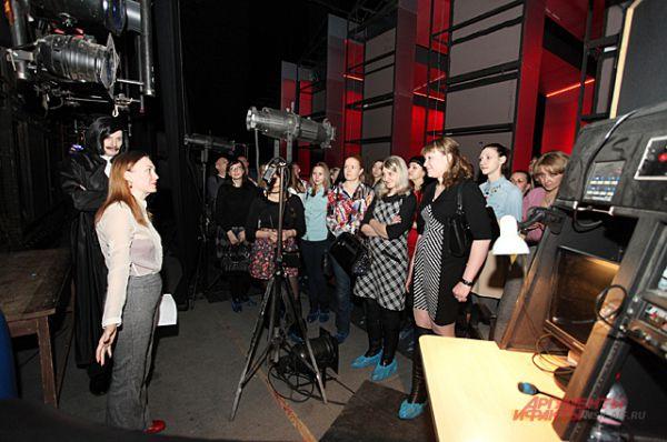 Побыв под светом рампы, зрители попали за кулисы, где узнали, как устроена сцена...