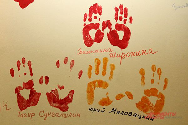А это - знаменитая стена автографов в коридорах «Красного факела». Свои отпечатки здесь оставляют все артисты и гости театра.