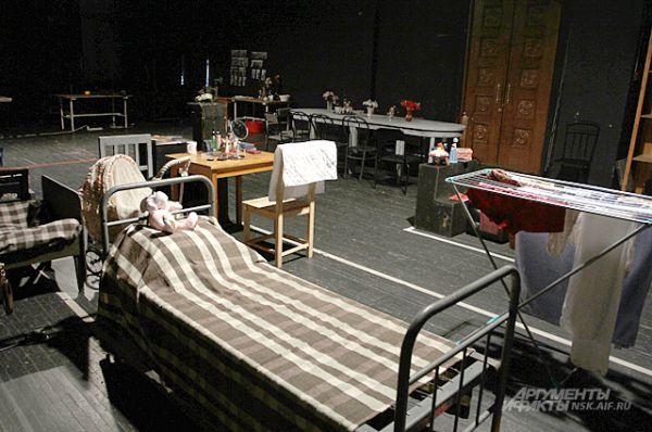 Это не хранилище мебели. Это - настоящий дом семьи Прозоровых - героев пьесы А.П. Чехова «Три сестры». Именно такая премьера ждёт зрителей в новом театральном сезоне.