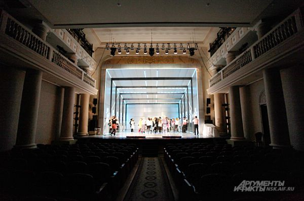 Непривычно видеть в «Красном факеле» пустой зрительный зал. Но ведь это ночь чудес, когда в театре случаются большие неожиданности!