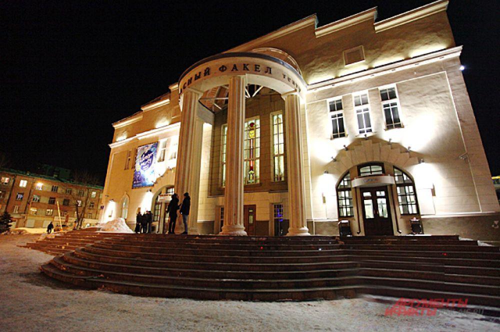 Вечерний спектакль окончен, но часть зрителей не уходит домой. 125 человек остались на ночную экскурсию по театру.