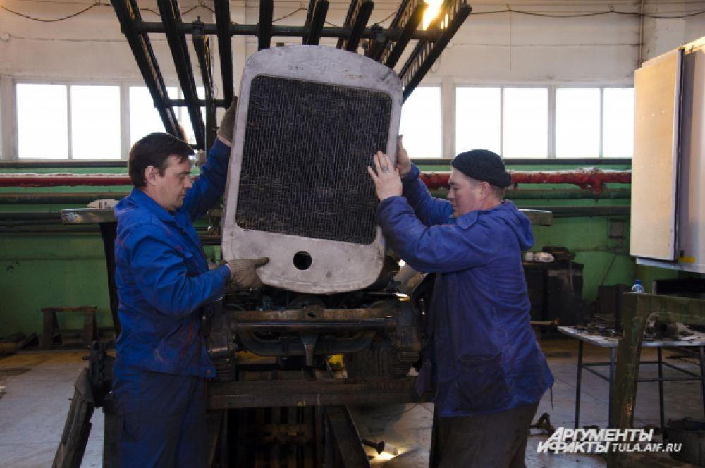 Мастера устанавливают новый радиатор – «лицо» автомобиля.