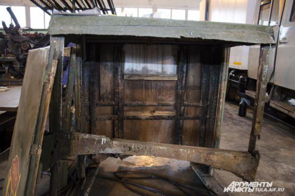 Деревянная кабина полностью выгорела во время пожара, и чтобы сохранить памятник, машину обшили листовым металлом.