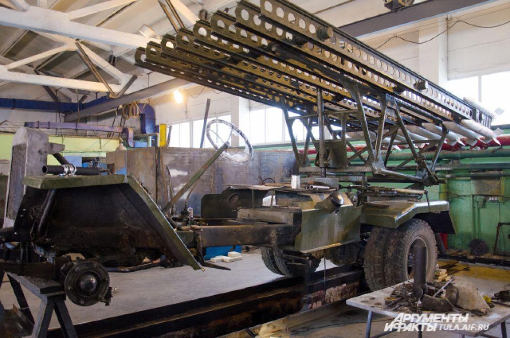 Так выглядит «Катюша» сейчас – полностью демонтированное навесное оборудование, разобранный моторный отсек и голое шасси.