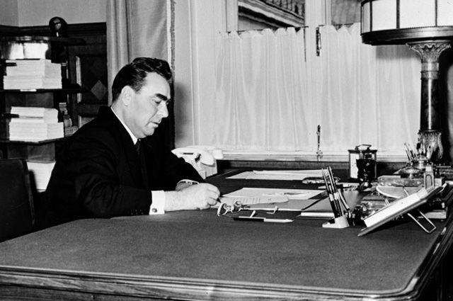 Председатель Президиума Верховного Совета СССР Леонид Ильич Брежнев в рабочем кабинете. 1962 год.