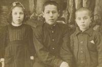 Семён (в центре) с любимыми сестрой и братом.