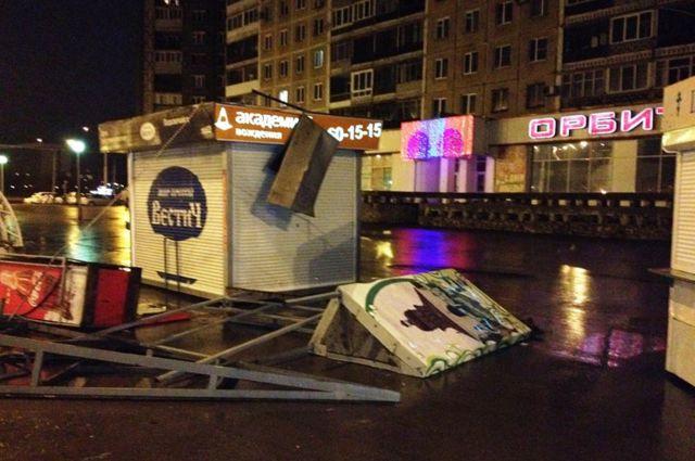Во время сильного ветра наружная реклама становится смертельно опасной.