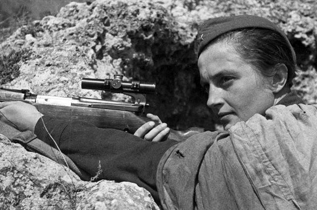 Снайпер Людмила Павличенко. 1942 год.